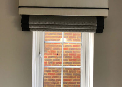 curtains_banstead_bordered-roman-with-pelmet